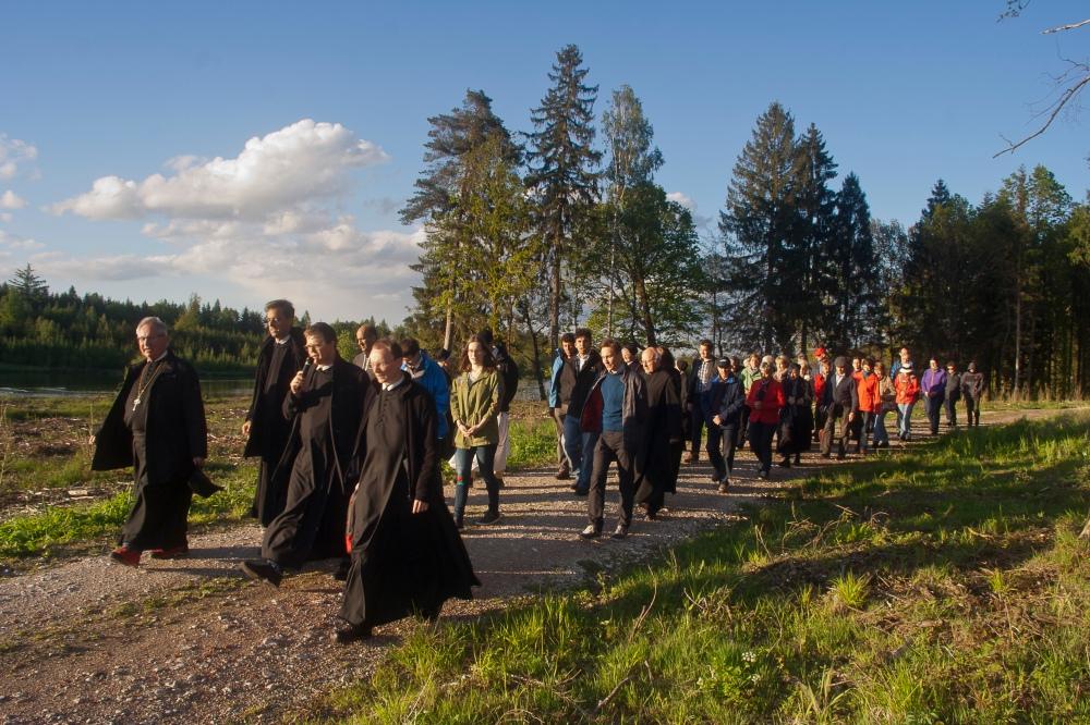Gruppe von Pilgern auf einem Waldweg unterwegs nach Heiligenkreuz